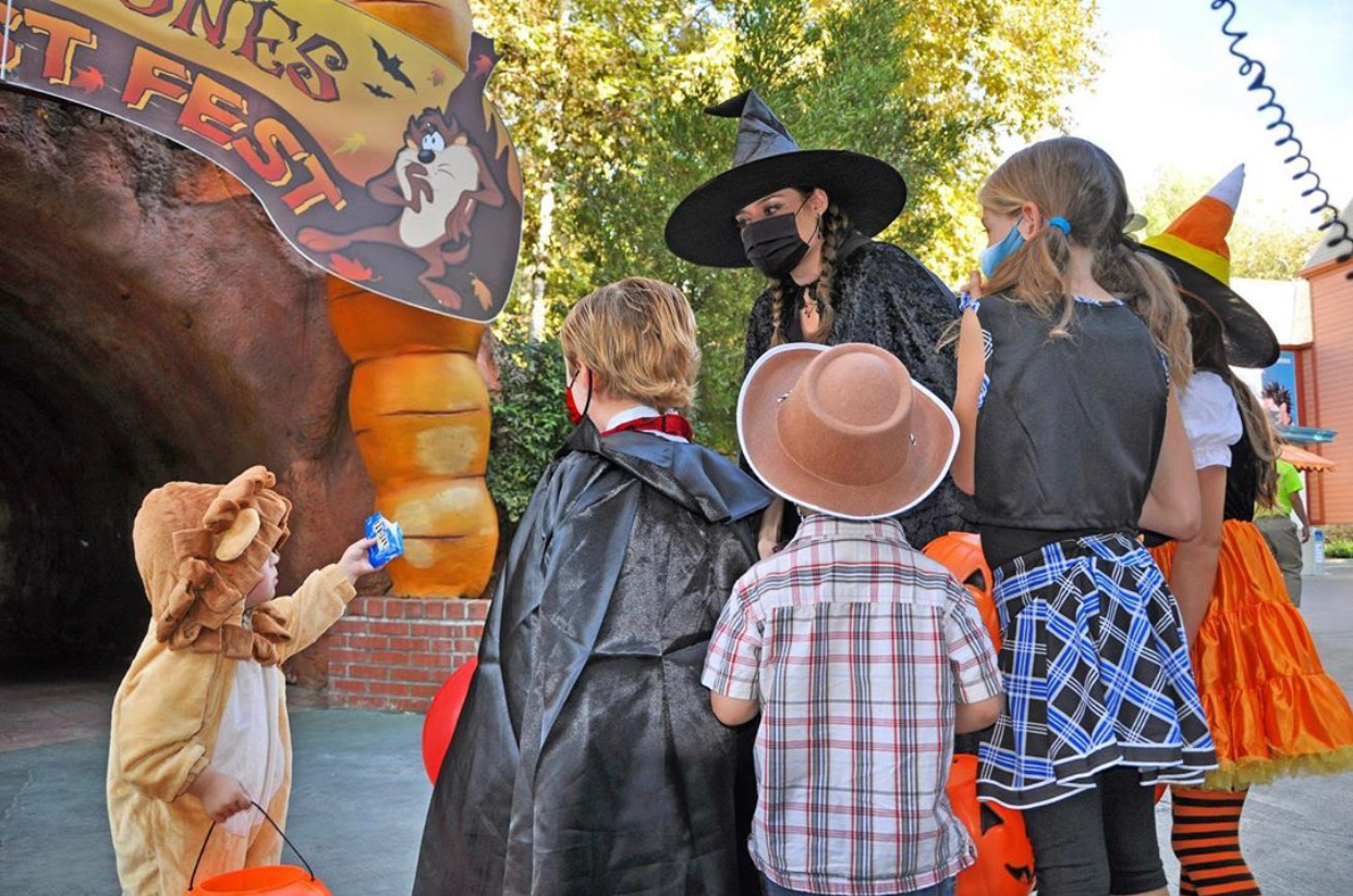 nj mom haunted hayride in nj halloween in new jersey spooky things to do best haunted house six-flags-great-adventure-hallowfest-2020